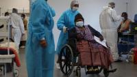 Una dona a punt de vacunar-se contra la Covid-19 a El Alto, a Bolívia