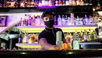 Un treballador d'un local d'oci nocturn de Sitges que participa en un assiag clínic, en el moment que neteja la barra del bar
