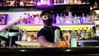 Un treballador d'un local d'oci nocturn de Sitges participant en l'assaig clínic, en el moment de netejar la barra del bar, a principis de setmana