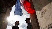 El president Macron parla amb el general François Lecointre, dissabte passat, a París