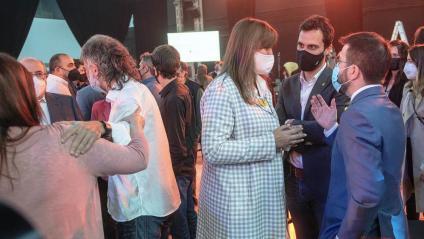 Cuixart durant la intervenció i Borras, Torrent i Aragonès parlant al costat del president d'Òmnium Cultural
