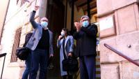 L'alcalde de Roquetes, Paco Gas, amb el puny aixecat abans d'entrar al jutjat penal de Tortosa l'abril passat