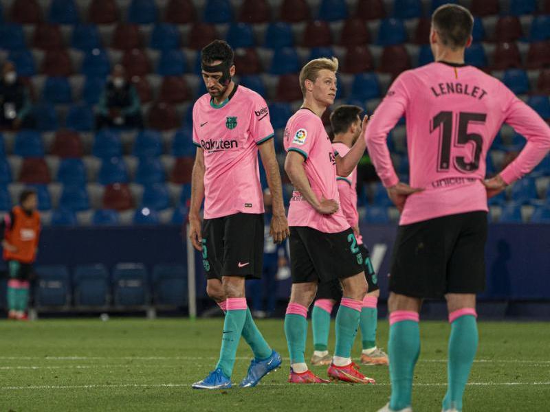 Els jugadors del Barça, abatuts després de l'empat