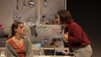 La monitora (Maria Rodríguez) escolta la Cloe, que vol ser mare (Andrea Álvarez)