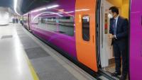 Un tren Avlo, en proves, fent ahir el trajecte entre Girona i Madrid. El seu color violeta els fa fàcilment distingibles