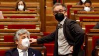 Els líders dels grups de JxCat, Albert Batet, i ERC, Josep Maria Jové, ahir a l'hemicicle del Parlament