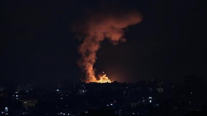 Foc al nord de Gaza després del bombardeig d'Israel sobre el territori palestí