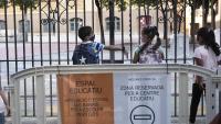 Infants esperen a entrar a l'escola Ramon Llull de Barcelona