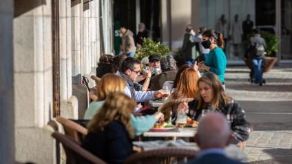 Gent en una terrassa d'un restaurant a Girona