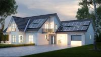 Un habitatge unifamiliar amb plaques solars a les teulades