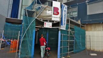 L'entrada de l'edifici del carrer Doctor Aiguader on al febrer hi va haver un despreniment