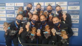 Les integrants de l'equip espanyol ,amb la medalla