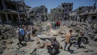 Palestins mirant com han quedat casa seva al poble de Beit Hanun , al nord de Gaza, per les bombes israelianes