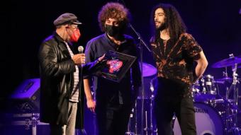 El cantautor i activista egipci Ramy Essam rep el premi Rimbaldi 2021 pel seu activisme polític de mans del director del Barnasants, Pere Camps