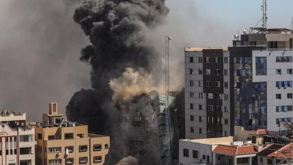 L'edifici s'acaba esfondrant després de l'impacte del míssil israelià