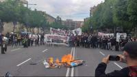 Inici de la manifestació, en què han cremat una pancarta amb els defectes del règim
