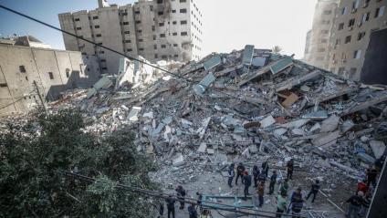 Palestins inspeccionen la runa després que un atac aeri israelià hagués fet blanc a la torre d'Al-Jalaa, on hi ha oficines de mitjans internacionals