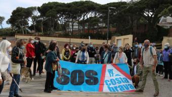 La protesta que SOS Costa Brava ha fet davant de la Pineda de Ponent de Sant Feliu de Guíxols aquest dissabte