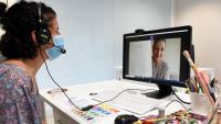 Una  de les pacients fent una videotrucada per mostrar la seva obra