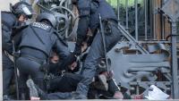 Els Mossos intenten treure les persones que es van encadenar a la porta del TSJC el febrer de 2018