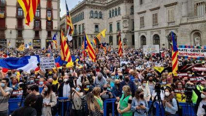 Unes 1.200 persones s'han concentrat a la plaça Sant Jaume convocats per l'ANC per reclamar a ERC i JxCat que facin govern
