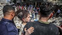 Un pare treu la seva filla d'un edifici esfondrat pels míssils d'Israel a Gaza