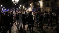 El passeig del Born ple de gent bevent al carrer sense mascareta ni respectant les distàncies de seguretat