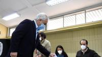 El president xilè, Sebastián Piñera, exercint el seu dret a vot, dissabte, en un col·legi de Santiago de Xile