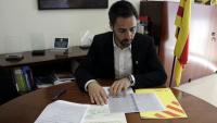 L'alcalde de Sant Julià de Ramis amb els documents que justifiquen els diners republicans que l'ajuntament va entregar i no van tornar