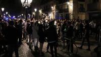 Imatge de gent concentrada al passeig del born prenent alcohol al carrer sense mascaretes ni guardant la distància de seguretat