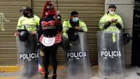 Membres de la comunitat LGBTI participen en una marxa a Bogotà contra l'homofòbia