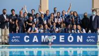 El CN Sabadell , amb el trofeu de campió de lliga
