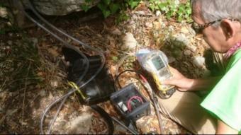 Imatge d'un geòleg mesurant els gasos en un avenc