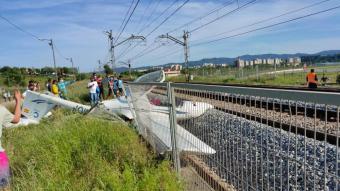 Imatge de l'avioneta estavellada a les vies de tren de Rodalies properes a l'aeroport de Sabadell el passat 8 de maig