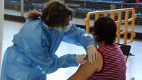 Una dona rep la seva vacuna a la Seu d'Urgell