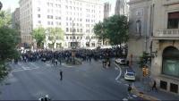 Vista aèria d'una part dels treballadors del BBVA que han tallat la Via Laietana de Barcelona davant l'antiga seu de Catalunya Caixa, actualment integrada al BBVA