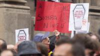 Els sindicats demanen polítiques socials i mesures per evitar els acomiadaments. A la foto, protesta d'H&M