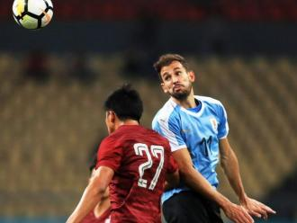 Stuani pugna per una pilota aèria en un partit amb l'Uruguai