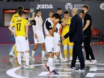 Els jugadors de l'Industrias al final del partit d'ahir.