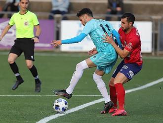 Kilian disputa una esfèrica amb un rival de l'Atzeneta
