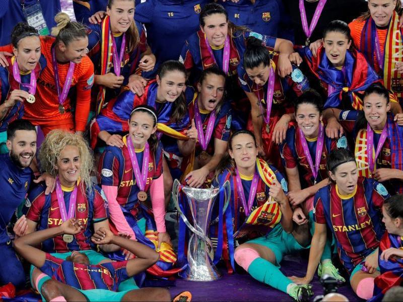 La plantilla amb el trofeu. Primera Champions per a aquest Barça