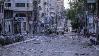 Una ambulància passa per un barri atacat per les bombes israelianes, a la ciutat de Gaza