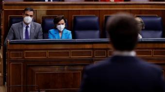 Sánchez escolta a Casado al Congrés el passat 12 de maig