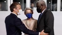 Macron saluda Von der Leyen i el cap de la delegació de la Unió Africana, Moussa Faki, abans de la cimera d'ahir