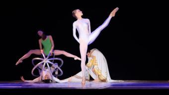Una imatge de Ballet For Life / Le Presbytère, amb el qual s'inaugurarà el Festival de Peralada. A la dreta, Benjamin Bernheim