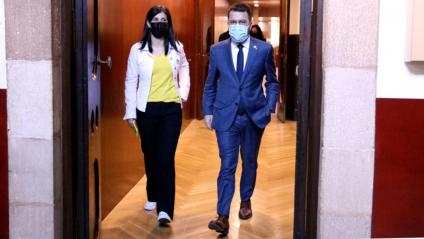 El vicepresident amb funcions de president, Pere Aragonès, amb la portaveu d'ERC, Marta Vilalta, sortint dels despatxos del partit al Parlament el passat 11 de maig