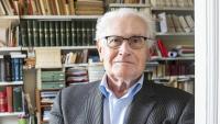 Mossèn Antoni Matabosch, que va ser molts anys delegat d'economia de la diòcesi de Barcelona, a l'estudi de casa seva