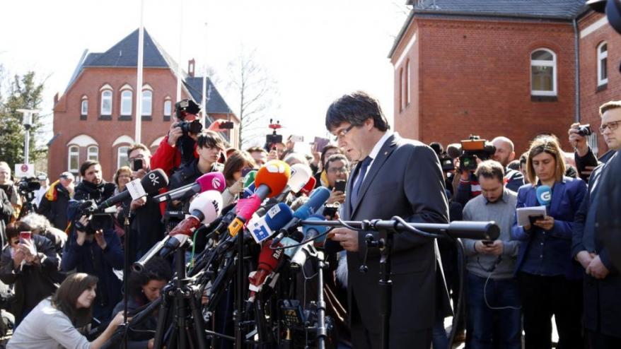 Carles Puigdemont, atenent els mitjans el dia que va sortir de la presó de Neümunster./