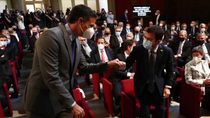 El president espanyol, Pedro Sánchez, i el de la Generalitat, Pere Aragonès, saludant-se amb el puny el 7 de juny
