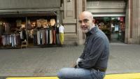 Daniel Sirera fotografiat davant del Mercat del Ninot, a l'Eixample de Barcelona